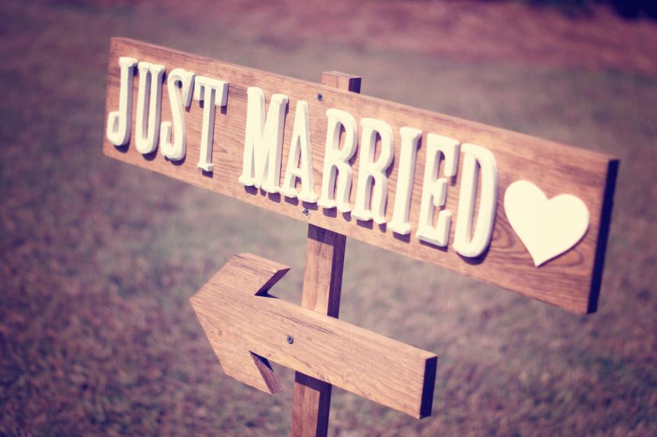 rustic just married wedding reception sign.full  940x625 Процедура по сключване на граждански брак с чужденец в България